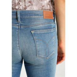 Calvin Klein Jeans MID RISE SKINNY ANKLE Jeans Skinny Fit bottle blue. Niebieskie rurki damskie Calvin Klein Jeans. W wyprzedaży za 449,25 zł.