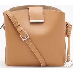Torebka z ozdobnym brelokiem - Beżowy. Brązowe torebki klasyczne damskie marki Vera Pelle, ze skóry. W wyprzedaży za 79,99 zł.