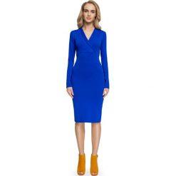NEVADA Sukienka dzianinowa z dekoltem w zakładkę - chabrowa. Niebieskie sukienki dzianinowe Stylove, do pracy, biznesowe, z wykładanym kołnierzem, dopasowane. Za 159,90 zł.
