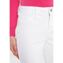 Dorothy Perkins FLORAL EMBROIDED HEM Jeans Skinny Fit white. Białe rurki damskie Dorothy Perkins. W wyprzedaży za 188,10 zł.