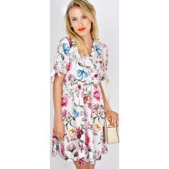 Sukienki hiszpanki: Sukienka w kwiaty z kopertowym dekoltem