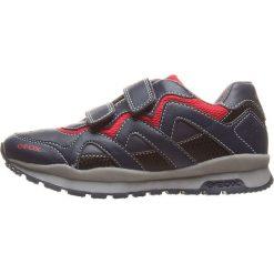 """Sneakersy """"Pavel"""" w kolorze granatowo-czerwonym. Niebieskie trampki chłopięce marki geox kids, z gumy. W wyprzedaży za 125,95 zł."""