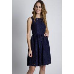 Sukienki balowe: Granatowa rozkloszowana sukienka BIALCON