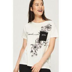 T-shirt z kontrastową kieszenią - Kremowy. Białe t-shirty damskie marki Sinsay, l, z kontrastowym kołnierzykiem. W wyprzedaży za 14,99 zł.