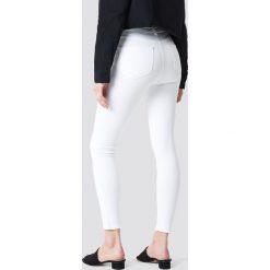 Spodnie damskie: Trendyol Jeansy skinny z haftem - White
