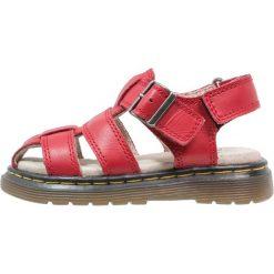 Dr. Martens Sandały red. Czerwone sandały chłopięce Dr. Martens, z materiału, z otwartym noskiem. W wyprzedaży za 215,20 zł.