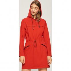 Czerwona sukienka z kapturem - Czerwony. Czerwone sukienki z falbanami marki Sinsay, l, z kapturem. W wyprzedaży za 49,99 zł.