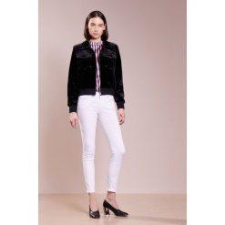 True Religion HALLE  Jeans Skinny Fit optic white. Białe rurki damskie True Religion, z bawełny. W wyprzedaży za 545,35 zł.