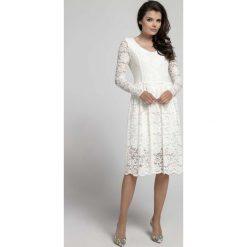 Ecru Wizytowa Rozkloszowana Sukienka z Koronki. Szare sukienki balowe marki Molly.pl, l, w koronkowe wzory, z koronki, dekolt w kształcie v, dopasowane. W wyprzedaży za 139,41 zł.