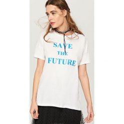 T-shirt z napisem - Niebieski. Niebieskie t-shirty męskie Reserved, l, z napisami. Za 49,99 zł.