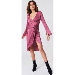 NA-KD Party Sukienka kopertowa z wiązaniem z przodu - Pink. Brązowe sukienki na komunię marki Mohito, l, z kopertowym dekoltem, kopertowe. Za 121,95 zł.
