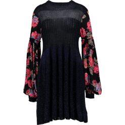 Free People ROSE AND SHINE DRESS Sukienka dzianinowa black combo. Czarne sukienki dzianinowe marki Free People. W wyprzedaży za 460,85 zł.