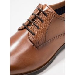 Steve Madden LAWTON Eleganckie buty cognac. Brązowe buty wizytowe męskie Steve Madden, z materiału, na sznurówki. Za 459,00 zł.