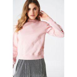 NA-KD Bluza z haftowanymi różami na rękawach - Pink. Różowe bluzy damskie marki NA-KD, z haftami, z długim rękawem, długie. W wyprzedaży za 73,17 zł.