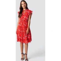 Trendyol Sukienka z nadrukiem - Red. Szare sukienki z falbanami marki Trendyol, na co dzień, z elastanu, casualowe, midi, dopasowane. W wyprzedaży za 85,37 zł.