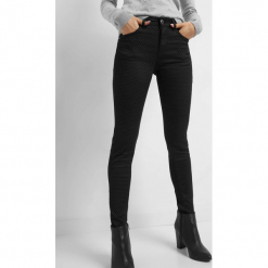 Elastyczne spodnie ze wzorem. Czarne rurki damskie marki Orsay, xs, z bawełny, z dekoltem na plecach. Za 129,99 zł.