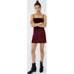 Krótka metaliczna sukienka wieczorowa. Czarne sukienki koktajlowe Pull&Bear, z krótkim rękawem, mini. Za 59,90 zł.