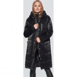 Pikowany płaszcz z błyszczącej tkaniny - Czarny. Czarne płaszcze damskie marki Cropp, l, z tkaniny. W wyprzedaży za 239,99 zł.