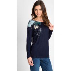 Bluzki damskie: Granatowa bluzka z kwiatowym nadrukiem na ramieniu QUIOSQUE