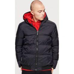 Pikowana kurtka z kapturem - Czarny. Czarne kurtki męskie pikowane marki Cropp, l, z kapturem. W wyprzedaży za 179,99 zł.