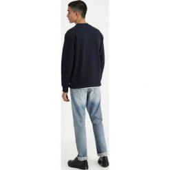 Calvin Klein Jeans INSTITUTIONAL BOX CREW NECK Bluza blue. Niebieskie bejsbolówki męskie Calvin Klein Jeans, m, z bawełny. Za 419,00 zł.