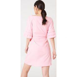 Kristin Sundberg for NA-KD Kopertowa sukienka z odkrytymi ramionami - Pink. Niebieskie sukienki na komunię marki Reserved, z odkrytymi ramionami. W wyprzedaży za 60,89 zł.