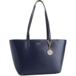 Torebka DKNY - R74A3014 Navy NVY. Niebieskie torebki klasyczne damskie DKNY, ze skóry. Za 889,00 zł.
