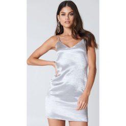 Sukienki hiszpanki: Kristin Sundberg for NA-KD Błyszcząca sukienka na ramiączkach – Silver