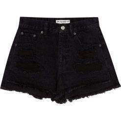 Jeansowe spodenki mom fit. Czarne szorty jeansowe damskie Pull&Bear. Za 89,90 zł.