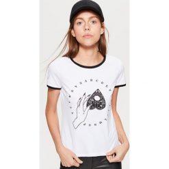 Koszulka z motywem HALLOWEEN - Biały. Białe t-shirty damskie marki Cropp, l. Za 29,99 zł.