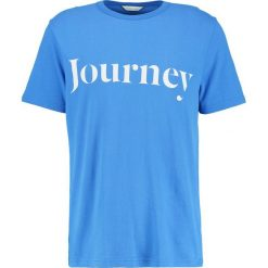 T-shirty męskie z nadrukiem: Samsøe & Samsøe TRAVEL Tshirt z nadrukiem strong blue