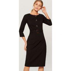 Sukienka midi z paskiem - Czarny. Czarne sukienki z falbanami marki Cropp, l. Za 169,99 zł.