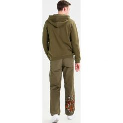 Maharishi MILTYPE Bluza z kapturem olive. Zielone bluzy męskie rozpinane Maharishi, l, z bawełny, z kapturem. W wyprzedaży za 743,20 zł.