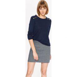 Swetry klasyczne damskie: SWETER DAMSKI Z OZDOBNYMI NAPAMI NA RAMIONACH