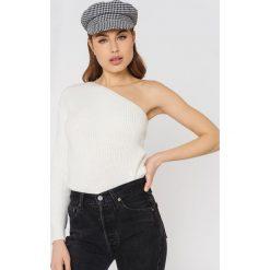 Swetry oversize damskie: NA-KD Sweter oversize na jedno ramię - Offwhite
