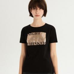 T-shirt ze złocistym nadrukiem - Czarny. Czarne t-shirty damskie marki Sinsay, l, z nadrukiem. Za 24,99 zł.