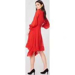 NA-KD Boho Sukienka z falbanką - Red. Niebieskie długie sukienki marki NA-KD Boho, na imprezę, w koronkowe wzory, z koronki, boho, na ramiączkach. W wyprzedaży za 101,48 zł.