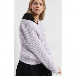 Luźny sweter z dekoltem V. Fioletowe swetry klasyczne damskie Orsay, xs, z dzianiny. Za 99,99 zł.
