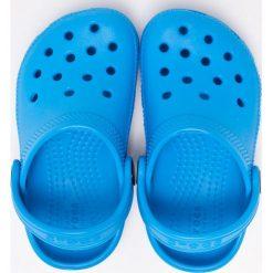 Crocs - Klapki dziecięce. Niebieskie klapki chłopięce marki Crocs, z materiału. W wyprzedaży za 99,90 zł.