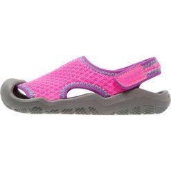 Crocs SWIFTWATER Sandały kąpielowe neon magenta/slate grey. Czerwone sandały chłopięce marki Crocs, z gumy. Za 169,00 zł.