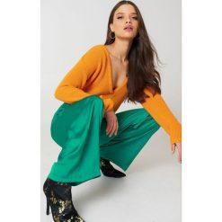 Swetry damskie: Josefin Ekström for NA-KD Sweter z głębokim dekoltem V – Orange