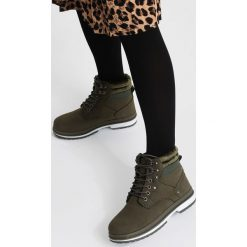 Zielone Traperki Strong Ties. Zielone buty zimowe damskie vices, z materiału, z okrągłym noskiem, na płaskiej podeszwie. Za 99,99 zł.