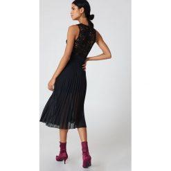 Sukienki hiszpanki: NA-KD Sukienka plisowana z głębokim dekoltem – Black