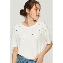 T-shirt z perłową aplikacją - Biały. Białe t-shirty damskie Sinsay, l, z aplikacjami. Za 39,99 zł.