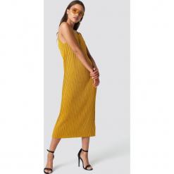 Trendyol Sukienka dzianinowa Simli - Gold. Szare sukienki dzianinowe marki Trendyol, na co dzień, casualowe, midi, dopasowane. Za 121,95 zł.
