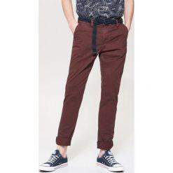 Spodnie męskie: Materiałowe spodnie chino – Bordowy