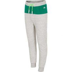Spodnie dresowe dla małych chłopców JSPMD111 - średni szary melanż. Szare spodnie chłopięce marki 4F JUNIOR, melanż, z bawełny. Za 39,99 zł.