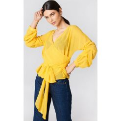 Bluzki damskie: NA-KD Bluzka z wiązaniem w pasie – Yellow