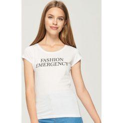 T-shirt z napisem - Biały. Białe t-shirty damskie Sinsay, l, z napisami. Za 9,99 zł.