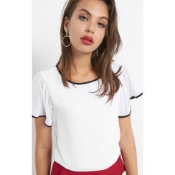 Koszulka z ozdobnymi lamówkami. Białe bluzki nietoperze marki Orsay, xs, z dzianiny, z dekoltem na plecach. W wyprzedaży za 55,00 zł.